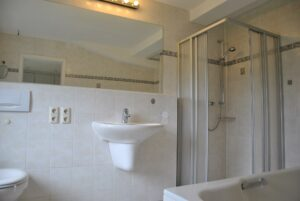 Bad-Dusche-Wanne unten